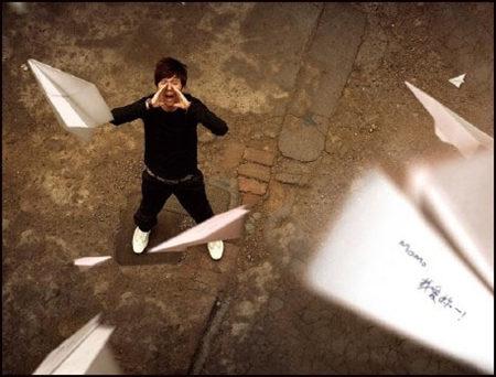 治愈系:折一只纸飞机,再一次,迎着太阳,努力地冲向天空